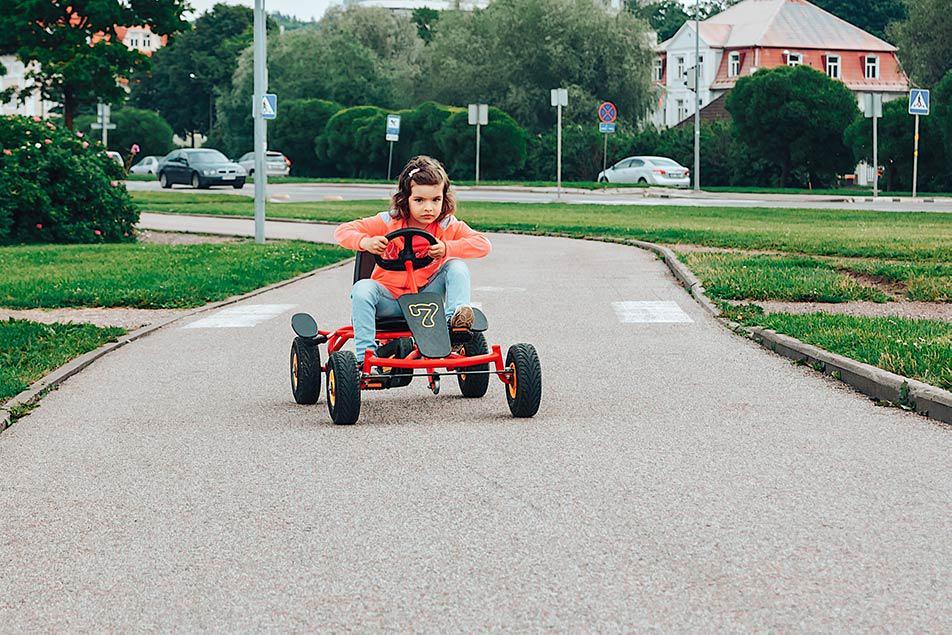 bambina in go kart a pedali