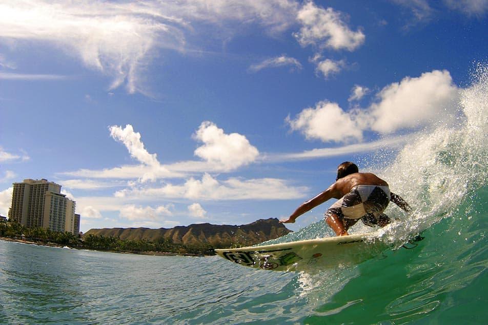 bambino cavalca onda su surf