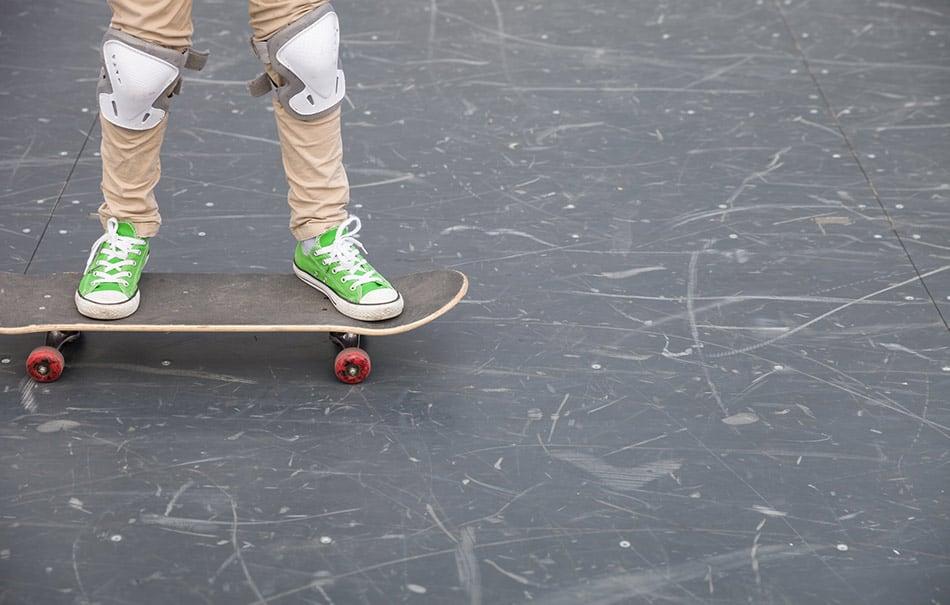 bambino con protezioni skate