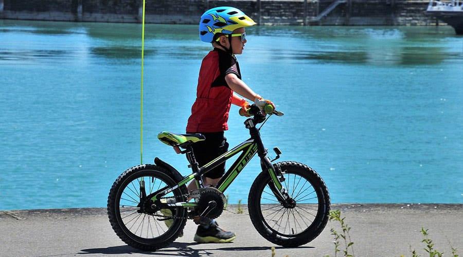 bambino in bicicletta