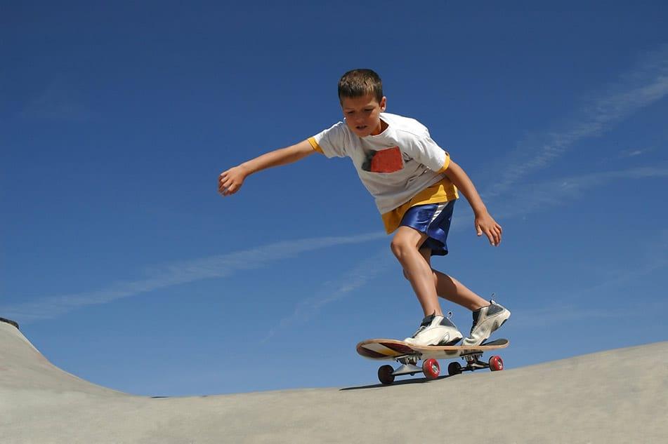 bambino su rampa da skate