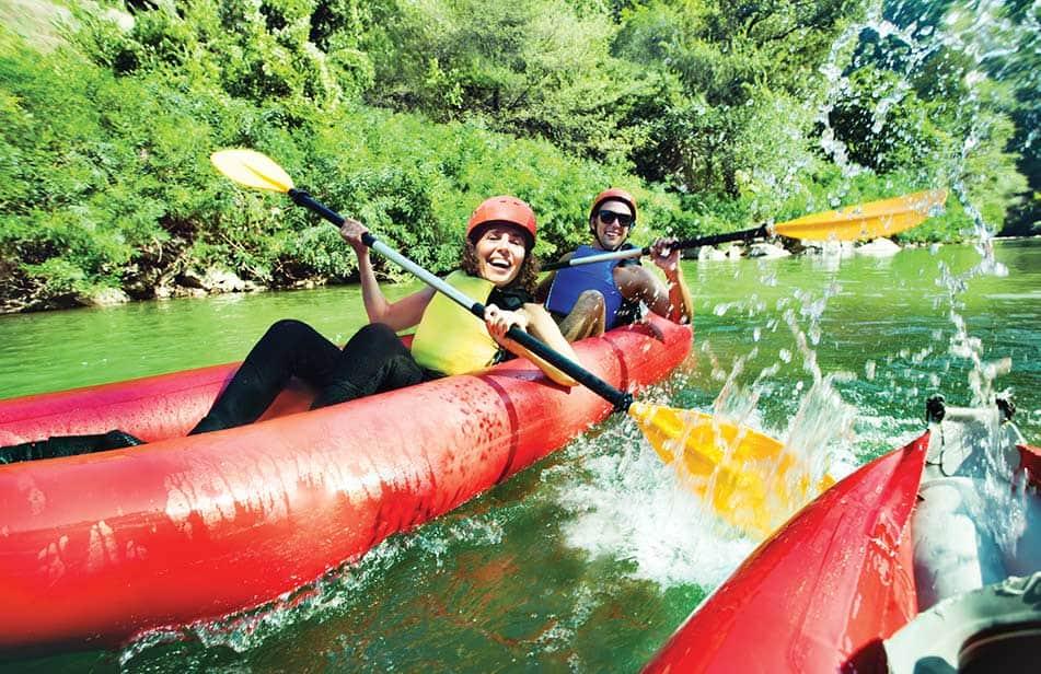 coppia in canoa sul fiume