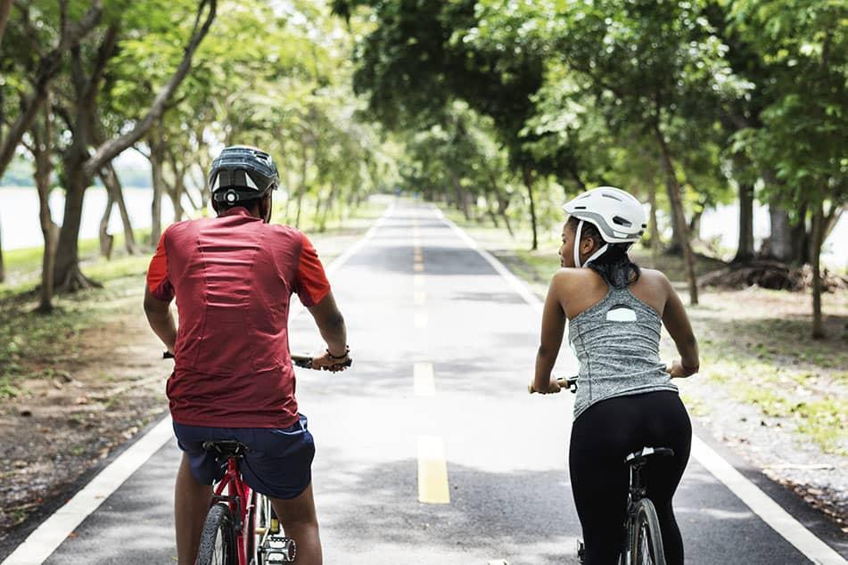 coppia pedala in bici