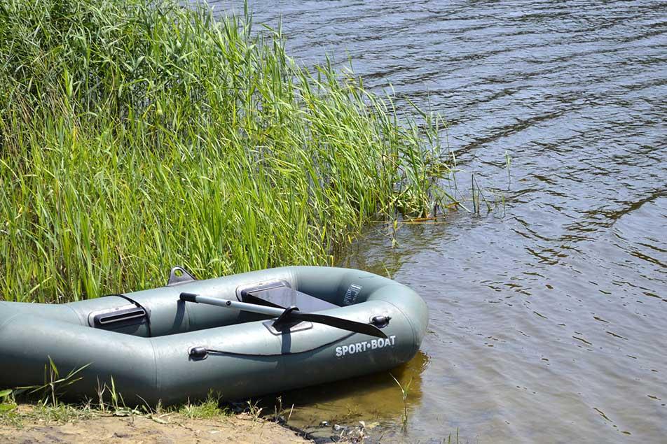 gommone a remi su fiume