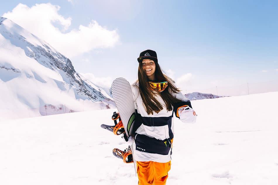 ragazza con tavola da snowboard