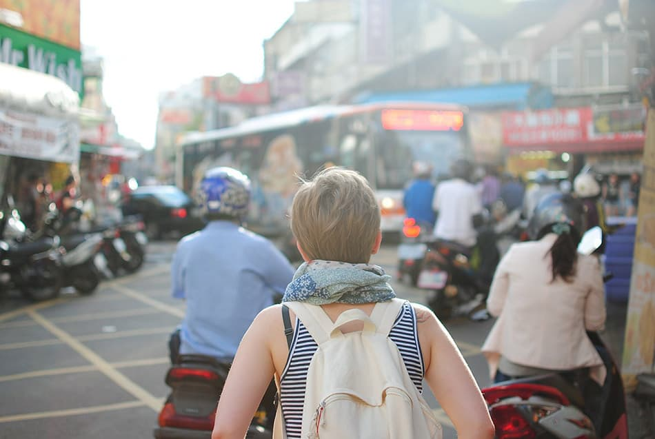 ragazza viaggio in città zaino in spalla