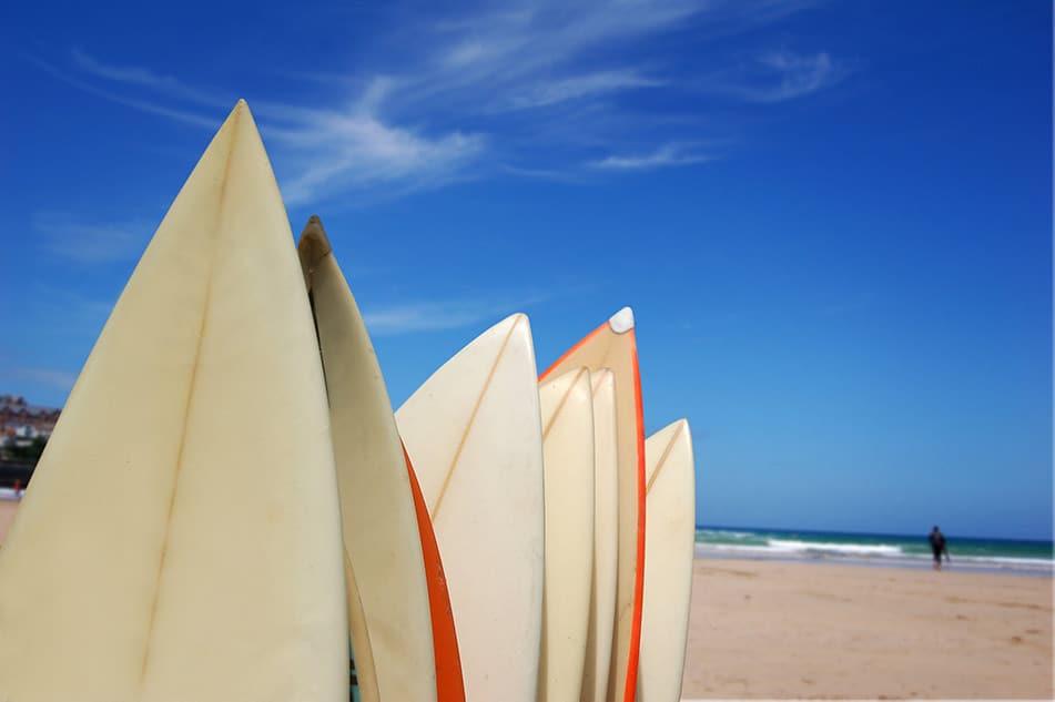 tavole da surf sulla sabbia