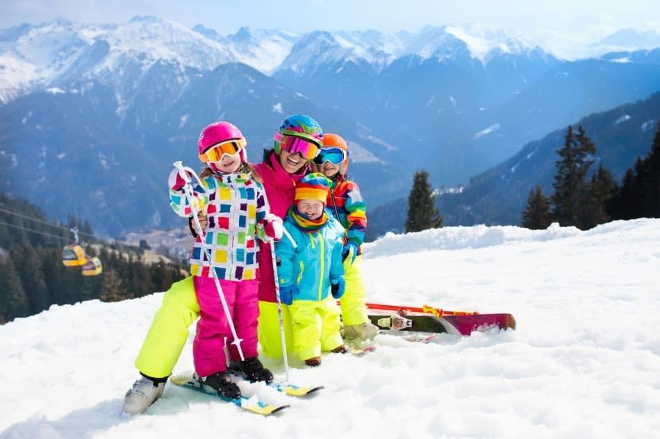 famiglia che scia in montagna